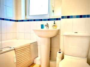A bathroom at Trendy Apartment, Steps to Basingstoke Station