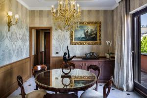 A bathroom at Baglioni Hotel Regina - The Leading Hotels of the World