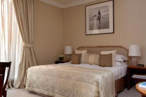 A bed or beds in a room at Baglioni Hotel Regina - The Leading Hotels of the World