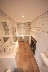 A bathroom at Norfolk Arms Hotel