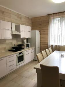 Кухня или мини-кухня в Коттедж на горнолыжной 37а