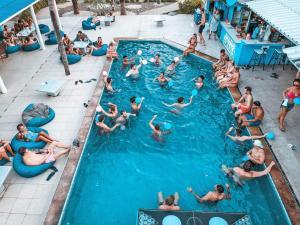 Uitzicht op het zwembad bij Phangan Arena Hostel of in de buurt