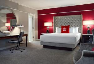 A bed or beds in a room at The Omni King Edward Hotel
