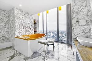 Ванная комната в Sky Grand Studio Romantic Paradize - 64 floor OKO tower