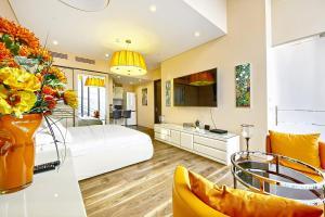 Гостиная зона в Sky Grand Studio Romantic Paradize - 64 floor OKO tower