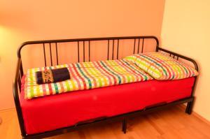 Een bed of bedden in een kamer bij Comfortable Apartment Řehořova
