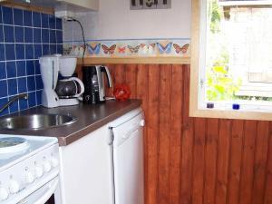 Ett kök eller pentry på One-Bedroom Holiday home in Klövedal