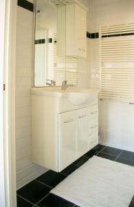 A bathroom at Appartement Jolie Noordwijk