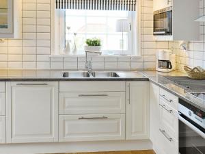 Ett kök eller pentry på Holiday Home Villagatan.