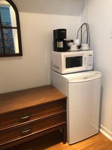 A kitchen or kitchenette at The Rex Motel At Niagara Falls