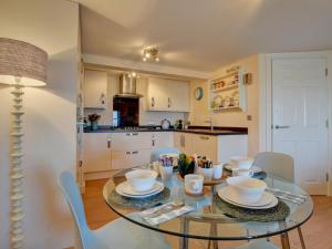 A kitchen or kitchenette at Beautiful apartment in Ilfracombe near sea