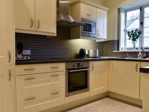 A kitchen or kitchenette at The Old Dairy Cottage