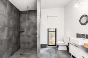 A bathroom at A PERFECT STAY - Ourmuli Cabin