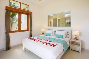 A bed or beds in a room at Holl Villa