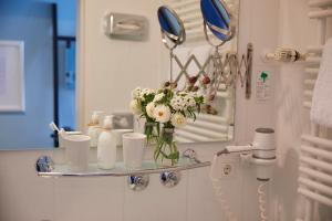 A bathroom at Hotel Metropol by Maier Privathotels