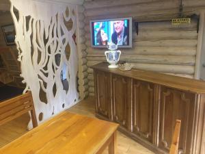 Телевизор и/или развлекательный центр в Inn Chalet Polyana