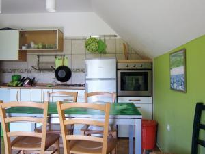 O bucătărie sau chicinetă la Apartment Komac