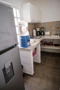 Una cocina o zona de cocina en Berry House - Caribbean Style