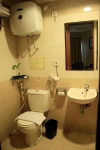 A bathroom at Grand Setiabudi Hotel