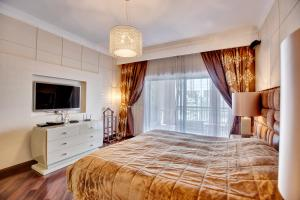 A bed or beds in a room at Apricus Holiday Homes - The Residences South