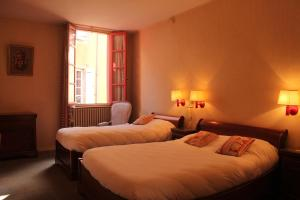 A bed or beds in a room at Hôtel Le Commerce