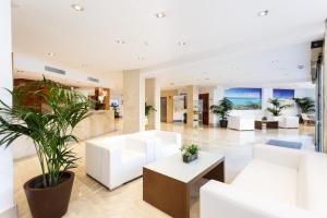 De lobby of receptie bij Globales Gardenia