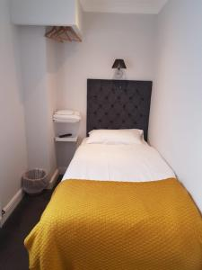A bed or beds in a room at Blagrave Rooms