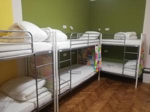 Двухъярусная кровать или двухъярусные кровати в номере Lorf Hostel&Apartments