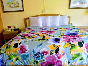 A bed or beds in a room at Super Inn Daytona Beach