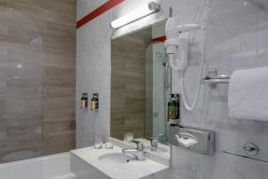 A bathroom at Hôtel Tivoli