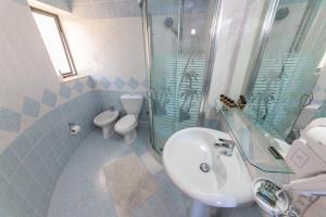 A bathroom at Hotel Brilant Saranda