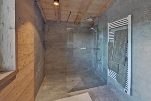 A bathroom at Zugspitz Lodge