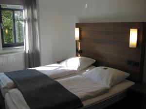Ein Bett oder Betten in einem Zimmer der Unterkunft Hotel garni Anger 5