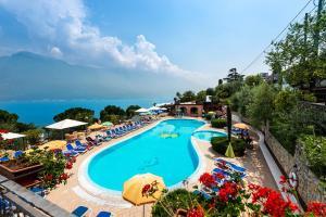 Ein Blick auf den Pool von der Unterkunft Campeggio Garda oder aus der Nähe