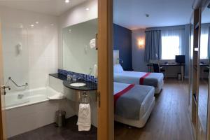 A bathroom at Holiday Inn Express Vitoria, an IHG Hotel