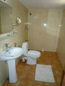 Et badeværelse på Nilaveli Crystal Blue Hotel