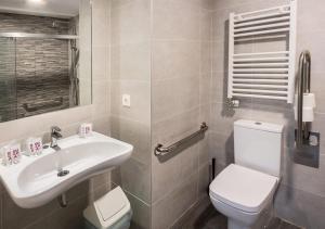 A bathroom at Hostal Lar