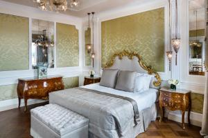 A bed or beds in a room at Baglioni Hotel Luna - The Leading Hotels of the World