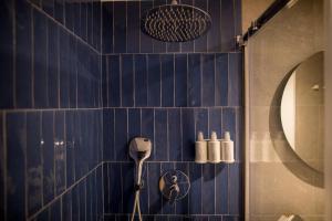 A bathroom at Cosmo Hotel Boutique