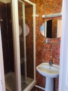 Ein Badezimmer in der Unterkunft Paris Hôtel Le Mediterraneen