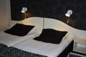 Кровать или кровати в номере Hotell Angöringen