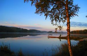 Lomakeskuksen lähellä sijaitseva järvi