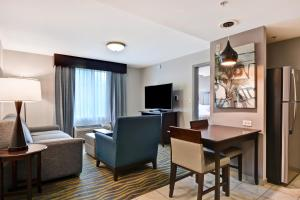 A television and/or entertainment centre at Homewood Suites by Hilton Lake Buena Vista