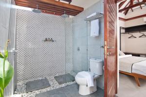 A bathroom at Ke Rensia Private Pool Villas Gili Air