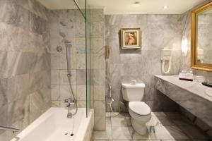 A bathroom at Discovery Kartika Plaza Hotel