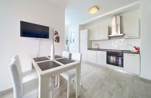 A kitchen or kitchenette at Apartments Mali Nono