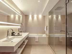 Um banheiro em Pullman Paris La Défense