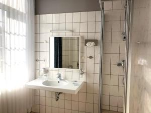 """Ein Badezimmer in der Unterkunft Hotel """"Central"""" Jörg Krause"""