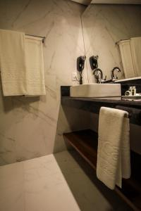 A bathroom at Oscar Hotel Executive