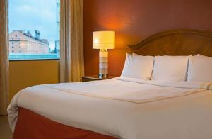 A bed or beds in a room at Baltimore Marriott Inner Harbor at Camden Yards